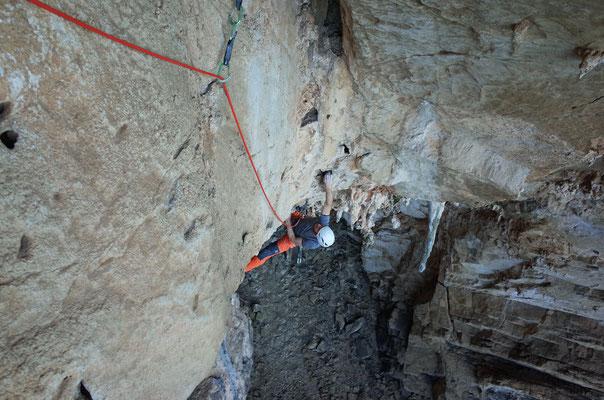 Rolf im Scheitelpunkt der Grotte mit gut 60 Meter Luft unterm Bürzel.