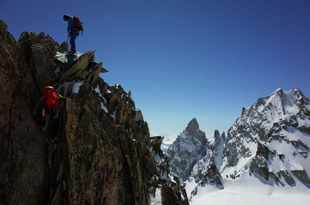 Abstieg in die Scharte vor imposantem Hintergrund: Aiguilles Noire & Blanc de Peuterey, dazwischen die Dames Anglaises