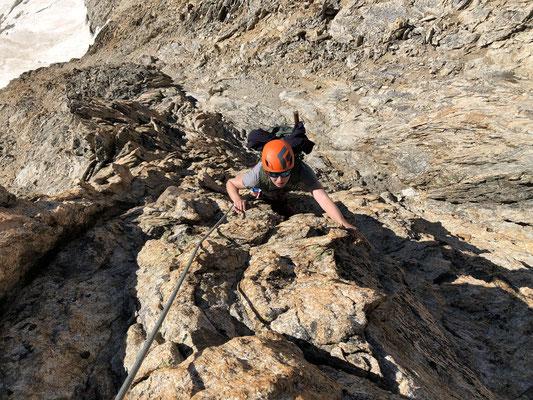 Unter dem Gipfel warten ein paar Seillängen prächtige Kletterei.