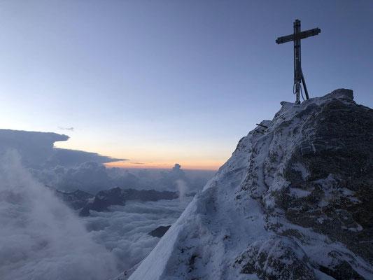 """(Zu) frühe Ankunft auf dem Gipfel des Nadelhorns noch vor Sonnenaufgang.  Peter und Steffi wollten ursprünglich den Nadelgrat machen, sahen jedoch aufgrund der Verhältnisse davon ab und bestiegen schliesslich """"nur"""" das Nadel- und das Stecknadelhorn."""