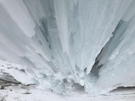 Die erste Schlüssellänge. 3D-Kletterei vom Feinsten - der feuchtgefrorene Traum jedes ambitionierten Eiskletterers.