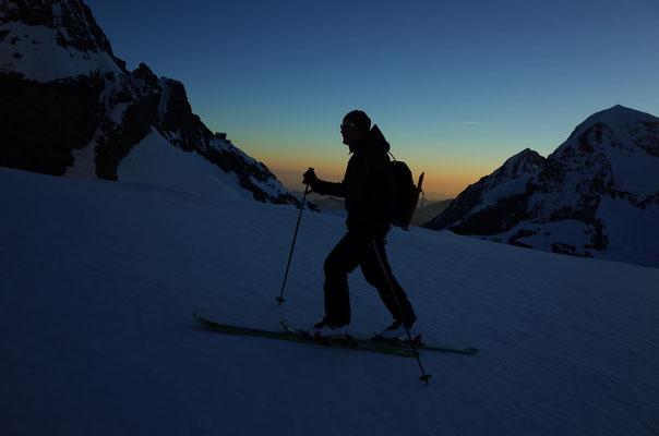 Frühmorgendlicher Aufstieg auf dem Sporn zum Rottalsattel.