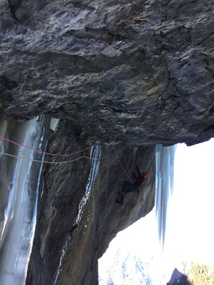 19.02.17: Cedric in der oberen Schlüssellänge. Zwischen den Ständen ist die Route komplett bohrhakenfrei.
