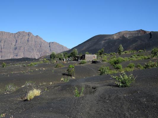"""En direction du """"petit volcan"""" (derrière la maison)."""