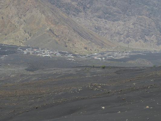 Le village de Cha de Caldeira, en partie recouvert par la coulée de lave de 2014.