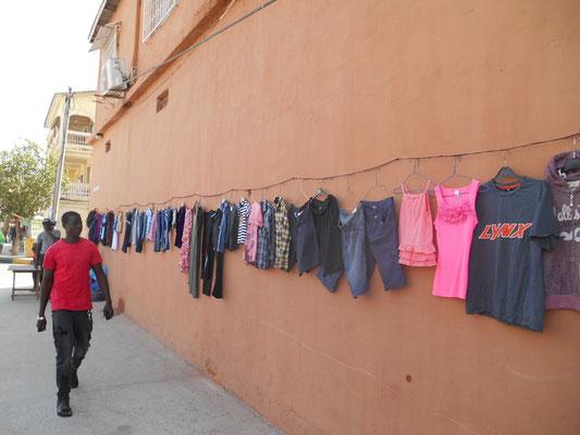 Les vêtements d'occasion venant d'Europe se vendent à tous les coins de rue.