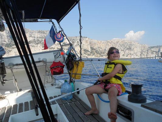 Manoë s'intéresse à la navigation et apprend à barrer au près avec réussite !