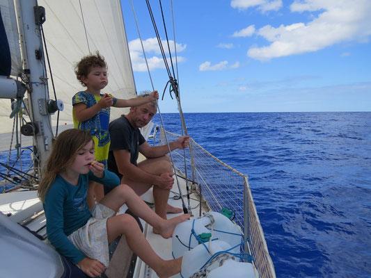 Goûter en admirant le bleu de la mer.