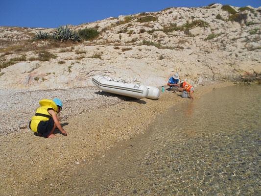 Débarquement sur les plages de galets qui regorgent de bouts de verre polis (chouette pour les collages!).