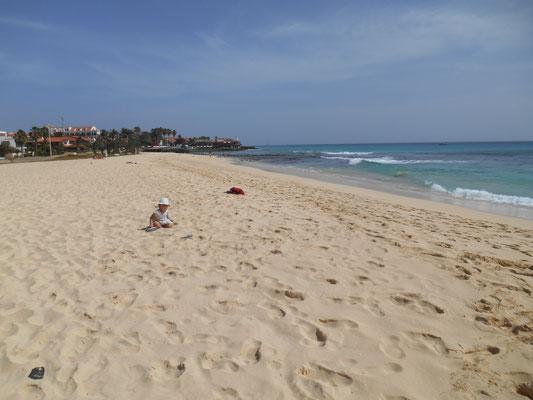 La grande plage de sable blanc à Santa Maria