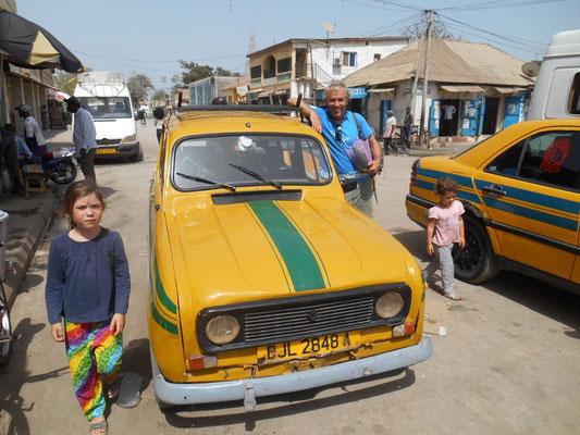 Gaëtan rêve devant le taxi 4L de la ville.