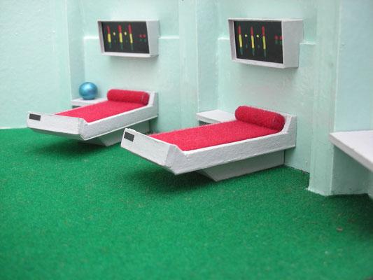 Dieser Raum wurde in der Serie auch öfters gezeigt. Mehr als 2 Betten gab es standardmäßig aber nicht.