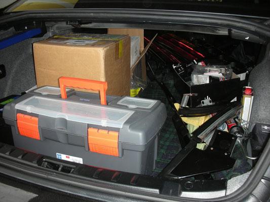 so sieht ein E92 BMW aus wenn er voll mit Werkzeug und Trans Am Teilen vollgepackt wird