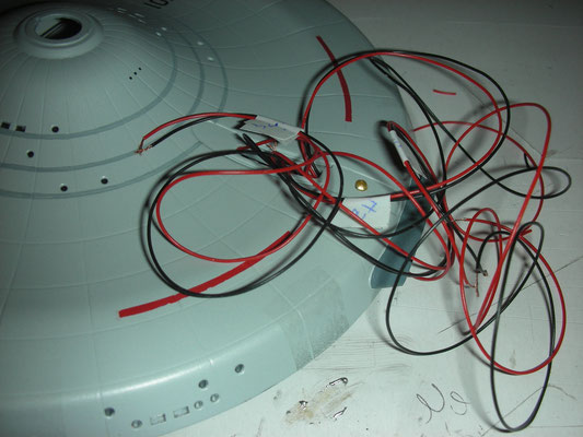 ein paar Kabel für die Beleuchtung der Primär-Hülle