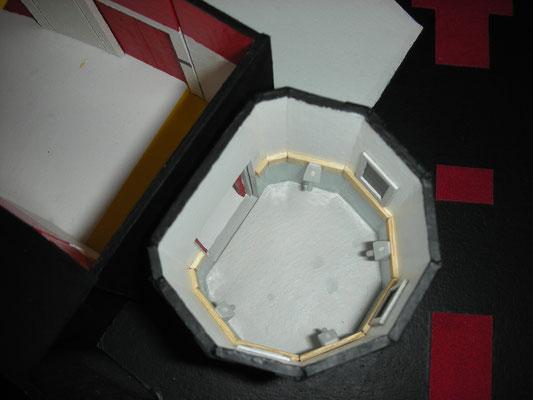 Turbolift. Gut zu sehen die Haltegriffe und die innere graue Tür der Kabine. Gangseitig gab es eine zweite, rote Tür.