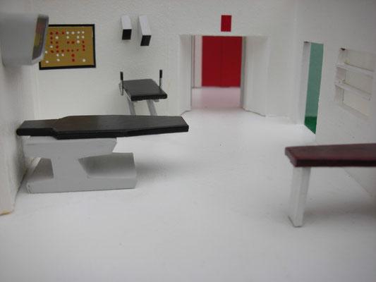 Untersuchungsraum, nach rechts gehts zu den Krankenbetten zur Erholung.