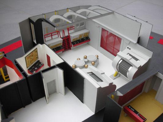 Maschinenraum. Vorne links sieht man eine Tür die ins leere führt. Dieser Platz wurde für verschiedenste Räume genutzt (z.b. als Arrestzelle).