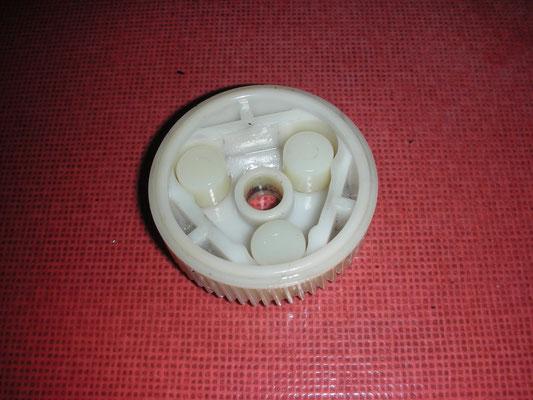 Der Übeltäter für defekte Klappscheinwerfer. Die 3 zylindrischen Kunststoffbuchsen zerbröseln gerne und wurden erneuert