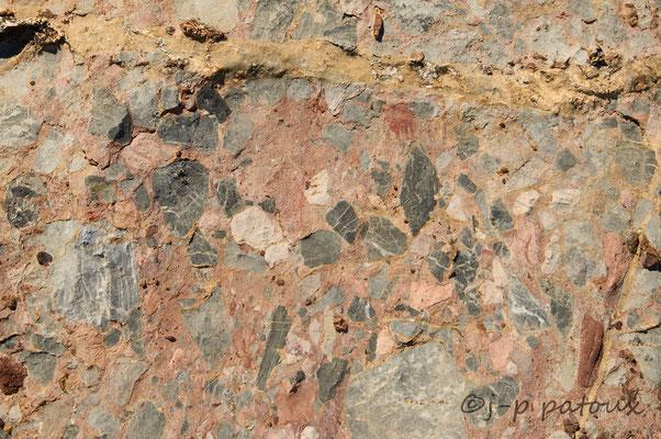 la roche vue de près, c'est un conglomérat