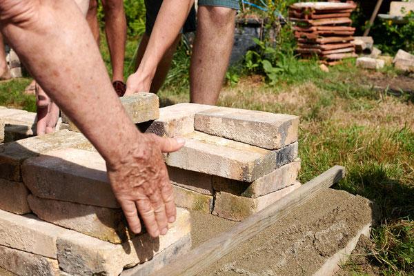 création d'une margelle pour recevoir les 1/2 briques formant la sole de l'alandier