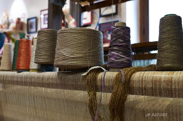 bobines de fils naturels: lin, soie, chanvre et échevaux d'ortie