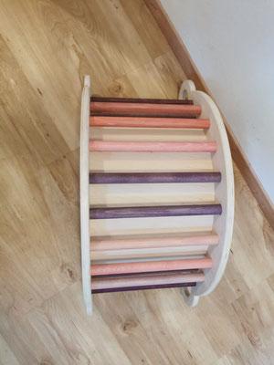 Aurora: Seitenteile und Innenplatte weiß lackiert, Rundstäbe in lila/rosa Tönen gebeizt und lackiert