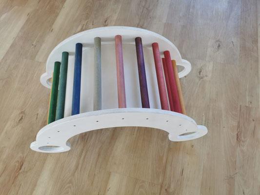 Regenbogen auf weiß: Seitenteile und Innenplatte weiß lackiert, Rundstäbe gebeizt und lackiert