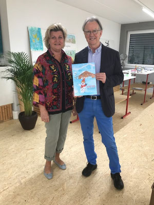 Tosca Hodel, Bilderbuchautorin und Rolf Imbach, Illustrator mit ihrem Bilderbuch «Otto der Schneewichtel»