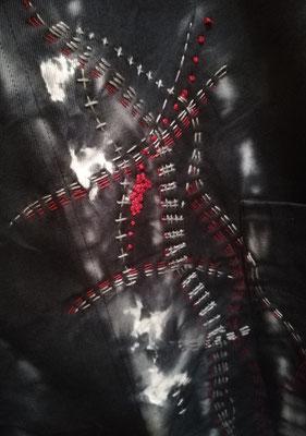 Détails de ma broderie à l' aiguille sur une robe tablier de Hiatus