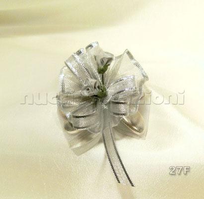 N°27F   COCCARDA ARGENTO  coccarda argento,5 confetti argento foderati da tulle, nastrino argento bordato, 2 boccioli argento                                  €2,80
