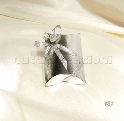 N°5F    SCATOLA BUSTA                                      ARGENTO  scatola busta in cartoncino argento,con 5 confetti argento,misure:9x7h2 con nastro in lamè argento,2 boccioli argento   € 2,00