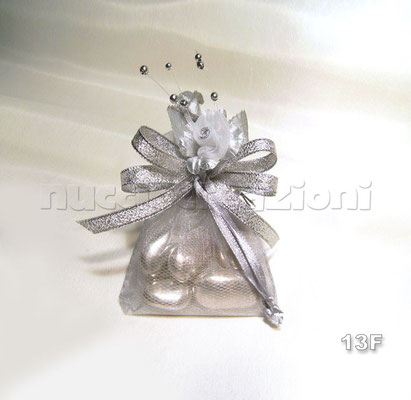 N°13F    SACCHETTO  MINI FIORE  ARGENTO  sacchetto mini ,5 confetti argento avvolti in tulle,composizione floreale argento,nastro lamè argento    €2,00