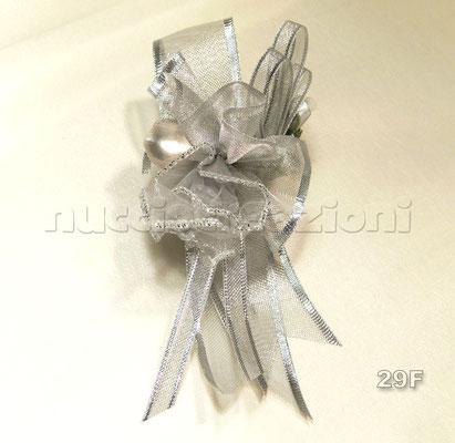 N°29 CREAZIONE BORDATA ARGENTO  creazione bordata argento, 3 confetti argento avvolti in tulle, nastrini in tinta bordati, 2 boccioli argento                                €3,20