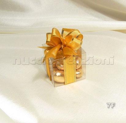 N°7F           SCATOLINA TRASPARENTE ORO  scatolina in acetato trasparente, 5 confetti oro, nastro oro bordato lamè  € 2,00
