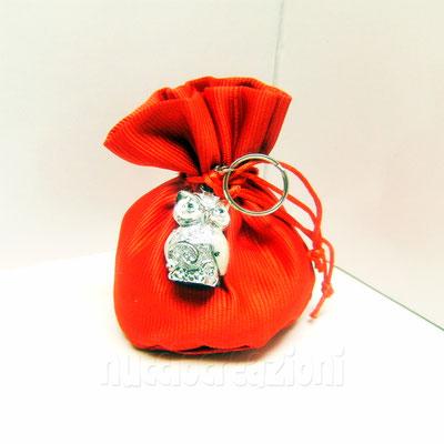 sacchetto in tessuto con 5 confetti Crispo rossi alla mandorla o cioccolato,portachiavi gufetto argentato a € 5,00