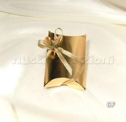 N°6F    SCATOLA BUSTA  ORO  scatola busta in cartoncino oro,con 5 confetti oro,misure:9x7h2 con nastro in lamè oro,2 boccioli oro  €2,00