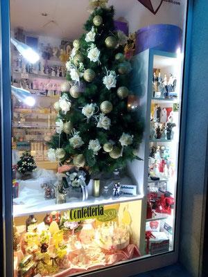 albero di Natale in vetrina