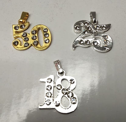 Ciondoli in metallo con strass 50° 25° e 18° misure 2cm x 1,5 circa a € 1,00