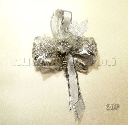 N°28F  LAME' ARGENTO  papillons lamè argento,5confetti argento avvolti in tulle,nastro oro bordato argento, fiore e foglia argento                €3,30