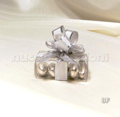 N°8F           SCATOLINA TRASPARENTE ARGENTO  scatolina in acetato trasparente, 5 confetti argento, nastro argento bordato lamè  € 2,00
