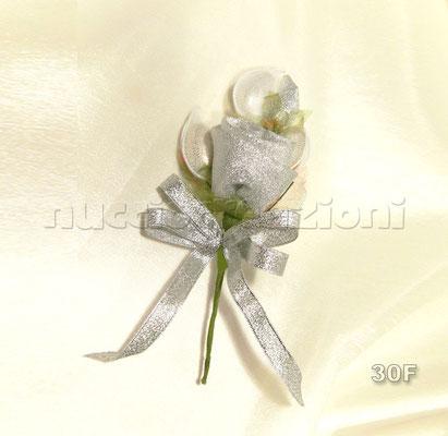 N°30F  ROSA ARGENTO  rosa in tessuto lamè argento,3 confetti argento chiusi in racchette di tulle,nastrino lamè argento              €3,00