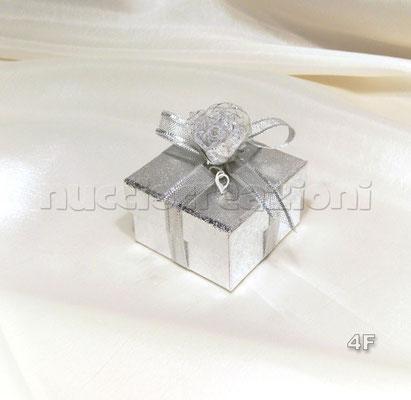 N°4F   SCATOLINA ARGENTO  scatolina in cartoncino argento,con 5 confetti argento,misure:5,5x5,5h3 con nastro organza retata argento fiore argento  € 2,20