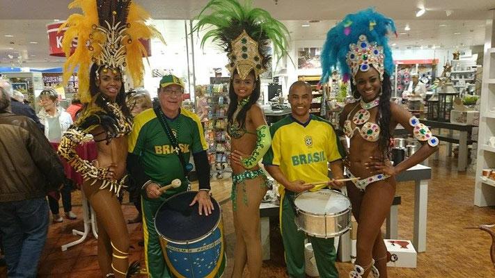 Tänzerinnen mit Trommlern im Kaufhaus