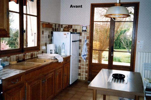 Cuisine avant travaux: Portes en bois foncé, plan et crédence carrelés, portes en chêne mouluré.