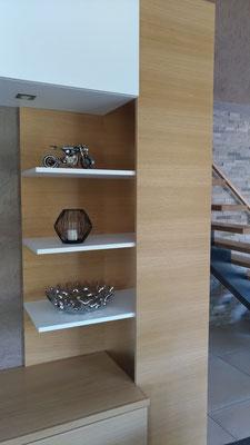 Détail du meuble multifonction sur mesure en chêne clair et blanc.