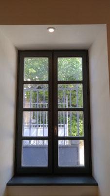 Il fallut jouer d'ingéniosité pour placer l'évier dans l'embrasure la fenêtre tout en conservant l'ouverture et placer un spot lumineux encastré dans le linteau.