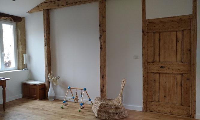 Rénovation d'une maison en pierre. Bureau avec poutres et menuiseries poncées pour valoriser le bois ancien. Parquet en chêne naturel.