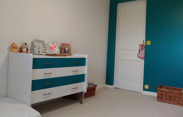 Rénovation d'une maison en pierre. Réalisation de la chambre d'enfants. Commode fiftie's relookée en bleu et blanc.