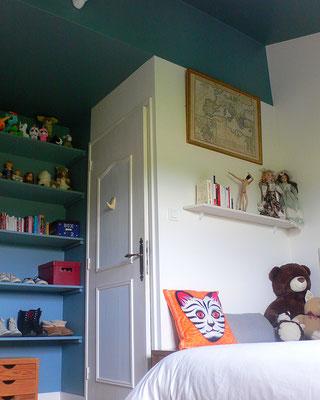 Après travaux : chambre de jeune fille en bleu et blanc. les peluches et collections de poupées ont déjà investi les étagères de la bibliothèque sur mesure.