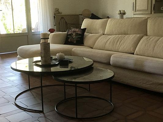Le séjour après. Nouvelles tables basses gigognes en verre et métal, tout en transparence et légèreté...